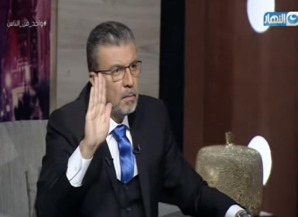 شاهد : شاب صاحب قدرات خارقة يصدم  إعلامي مصري شهير  بعد اختراق هاتفه على الهواء