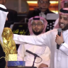 """شاهد: """"آل الشيخ"""" يفاجئ الأمير """"بدر بن عبدالمحسن"""" بهدية تمثال له من الذهب الخالص"""