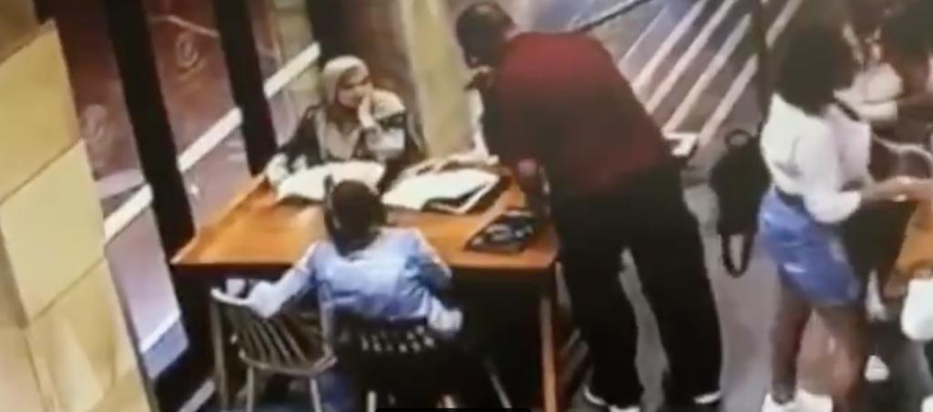 شاهد… إعتداء وحشي على سيدة عربية محجبة داخل مطعم في أستراليا … وعبارة صادمة  من الجاني قبل مهاجمتها !