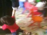 """شاهد: امرأة تسحل الأطفال على الأرض في إحدى الحضانات بـ""""المملكة"""""""