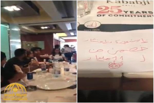 """شاهد .. شاب """"لبناني""""  يرفض دفع ثمن وجبة : """"يا سنيورة خصمن من الـ11 مليار"""" !"""
