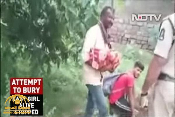 """في فعلة شنيعة.. شاهد: جد يحاول دفن حفيدته الرضيعة وهي """"حية"""" في الهند لسبب أغرب من الخيال"""