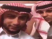 """القبض على مقيمين  يسيئان لـ""""الزي السعودي"""" و أحدهما يبصق على الشماغ!فيديو"""