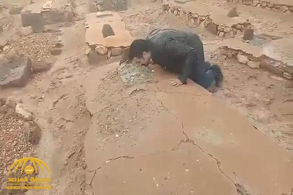 """شاهد: مقطع مؤثر لـ""""ممثل مغربي"""" بعدما عثر على قبر والده مدفون في الصحراء قبل 38عاما"""