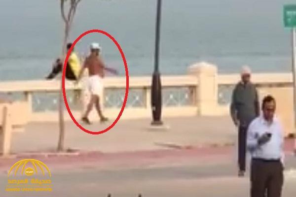 ضارباً بقانون الذوق العام عرض الحائط… شاهد: رجل يظهر بلباس نصف عار على كورنيش جدة !