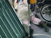 شاهد :لقطات صادمة لسحل وتعنيف مسنة مقعدة  داخل عربة قطار في المغرب  … والسبب تذكرة !