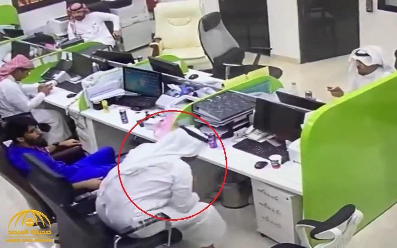 شاهد .. ممرض بمستشفى في حفر الباطن ينقذ زميله بعد اختناقه وهو يتناول الطعام