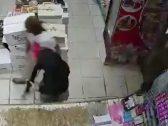 القبض على جناة اقتحموا أحد المتاجر في ضباء واستولوا على إيراداته تحت تهديد السلاح – فيديو