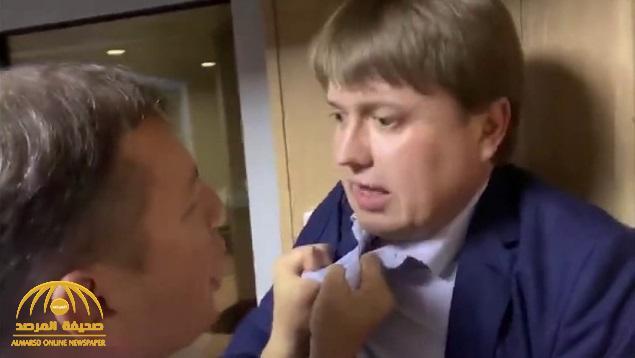 شاهد .. مشاجرة بالإيدي بين سياسيين أوكرانيين  أحدهما خنق الآخر في مطار كييف!