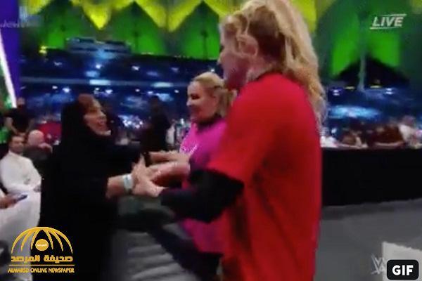 """شاهد.. تصرف """"غريب"""" من المصارعتين المشاركتين في """"أول نزال نسائي"""" بـ""""المملكة"""" مع سيدة سعودية من الجمهور"""