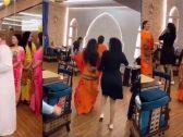 شاهد : وصلة رقص لفتيات خلال افتتاح مطعم بالإمارات