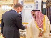 بالصور .. خادم الحرمين يستقبل وزير خارجية جمهورية لاتفيا