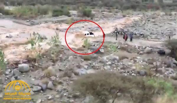شاهد .. السيول تداهم مركبة عائلة حاولت عبور وادي حضوة بالمجاردة