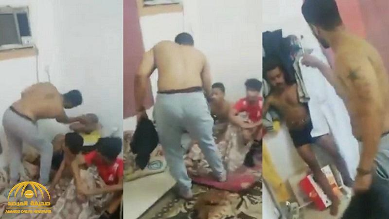 """بالصفع على وجوههم وركلهم بقدمه .. شاهد: """"رامبو العماني"""" يعتدي بالضرب على 4 شبان"""