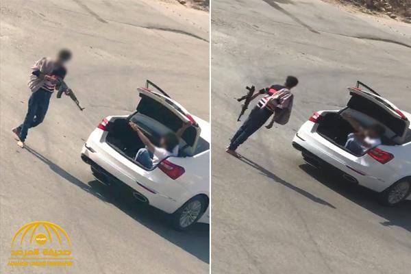 شاهد .. شخص مسلح برشاش يخطف شاباً في شنطة سيارته بحي لبن بالرياض