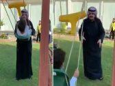 """بالفيديو.. """"عبدالعزيز بن فهد"""" يلاعب بناته داخل حديقة منزله"""