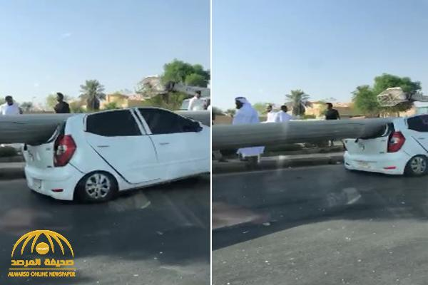 شاهد حادث مروع : عمود إنارة ضخم  يسقط  على سيارة مواطن لحظة مروره في شارع بالرياض