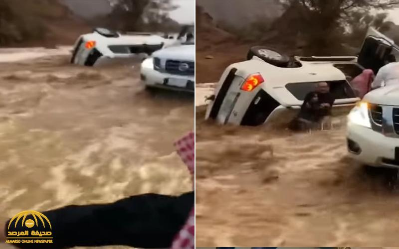 بالفيديو .. شابان يخترقان السيول بحائل لإنقاذ عائلة انقلبت مركبتهم وهم بداخلها