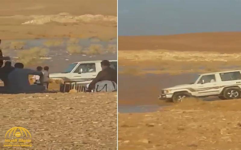 بالفيديو : شاب يحاول عبور وادي بمركبته وسط جريان السيول .. وفجأة حدثت الكارثة !