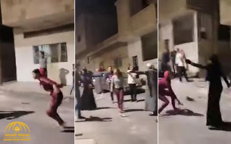 شاهد : مشاجرة بين عائلتين في الأردن .. والفتيات يشاركن بالعصي والكراسي !