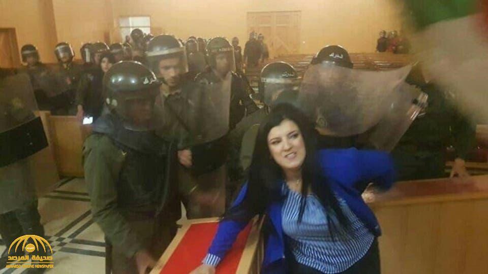 شاهد .. لحظة اقتحام الشرطة الجزائرية المحاكم وفض إضراب القضاة بالقوة