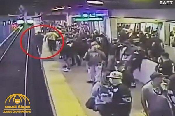شاهد : مخمور يسقط أمام قطار مسرع في مترو بكاليفورنيا !