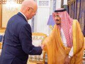 بحثا افتتاح مركزاً للتقنية الحديثة في الرياض.. خادم الحرمين يلتقي الرئيس التنفيذي ومؤسس المنتدى الاقتصادي العالمي