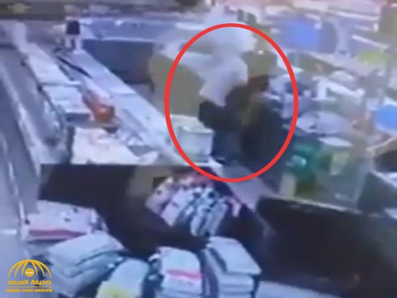 شاهد : سوداني يوجه عدة طعنات  لمقيم  مصري داخل مركز تجاري بالدمام