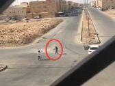قبل وضعه في صندوق السيارة .. شاهد: المرصد تحصل على مقطع جديد لحادثة إشهار السلاح على شاب وتهديده بالرياض