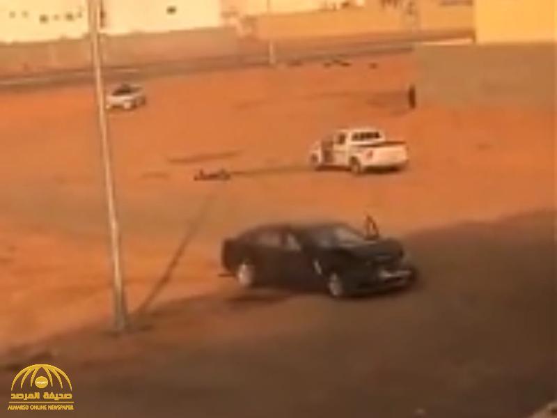 """شاهد : سائق"""" جيب"""" يدهس  شاب  بشكل متعمد في حائل"""