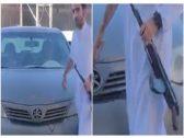 شاهد: شاب  يحمل سلاح رشاش ويطلق  النار على محل في حفر الباطن