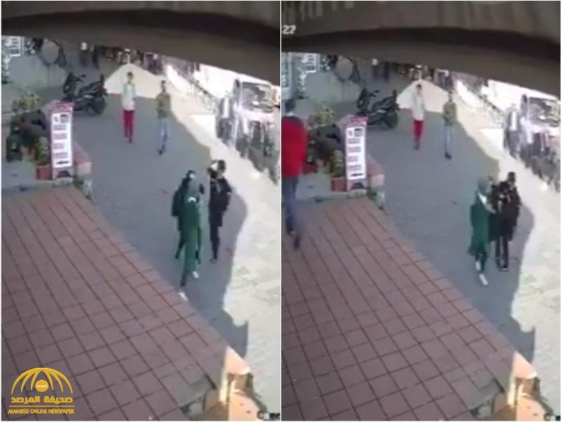 في تركيا.. شاهد.. امرأة تعتدي على سيدة وتحاول نزع حجابها في شارع بإسطنبول أمام المارة!