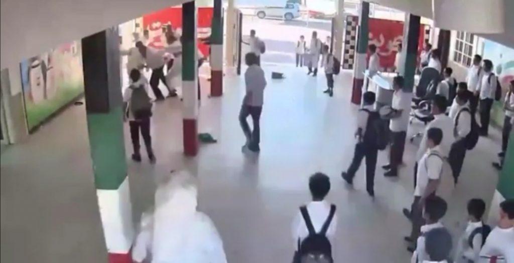 حدث في الكويت.. شاهد: طلاب وولي أمرهم يعتدون على معلم بالضرب والرفس داخل مدرسته