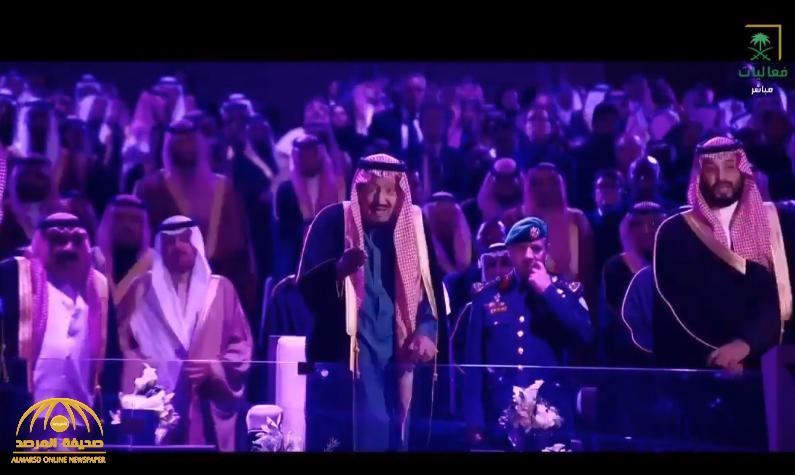 """شاهد.. الملك """"سلمان"""" يوجه فرقة الدرعية بأداء """"العرضة"""" بكلمات: """"نجد شامت لبو تركي وأخذها شيخنا"""""""