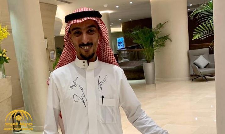 """شاهد: صورة موظف فندق  لم يجد سوى """"ثوبه"""" ليوقع عليه """"ميسي"""".. و""""تركي آل الشيخ"""" يعلق"""