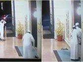 شاهد : محاولة فاشلة لسرقة مُسن عند باب مسجد .. شاهد ردة فعله السريعة!