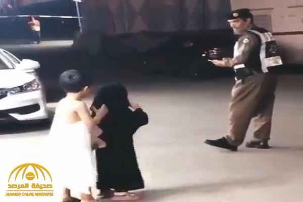 طفلة تفاجىء رجل أمن بعفويتها أثناء أداء عمله بالحرم .. شاهد : ردة فعله