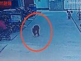 شاهد .. ماذا حدث لطفل أشعل عود ثقاب في فتحة للصرف الصحي ؟