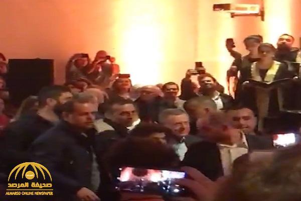 """شاهد .. لحظة طرد رئيس وزراء لبنان الأسبق """"السنيورة"""" من الجامعة الأمريكية ببيروت : """"حرامي .. برا"""""""