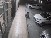 بالفيديو … سيارة تقتحم واجهة مطعم بالرياض وثوان تنقذ شخصين من الدهس بأعجوبة !