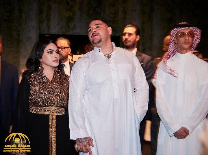"""شاهد لأول مرة الملاكم الأمريكي """"أندي رويز"""" يتجول بالثوب السعودي وزوجته ترتدي العباءة بالرياض"""