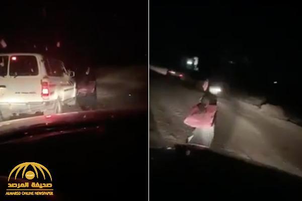 """شاهد: فتاة تسير بمفردها ليلاً على طريق سريع  بالقرب من """"شجوى"""" !"""