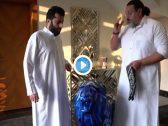 """شاهد .. تركي آل الشيخ يشرح طريقة ارتداء """"البندانة"""" استعدادًا لحضور حفل ميدل بيست  ضمن فعاليات موسم الرياض"""