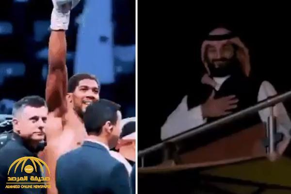 شاهد: تحية بطل العالم في الملاكمة لولي العهد بعد فوزه في نزال الدرعية