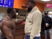 شاهد.. ردة فعل مدرب كمال أجسام ضبط أحد لاعبيه داخل مطعم للوجبات السريعة!