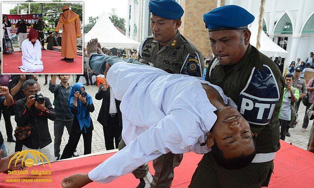 """شاهد : شاب إندونيسي يفقد وعيه أثناء تطبيق حد الجلد عليه بتهمة"""" الزنا """" بعد ضبطه مع فتاة"""