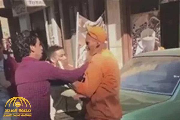 شاهد: شاب مصري يستفز عامل نظافة  مسن  ويصفعه على قفاه  في شارع بمحافظة طنطا