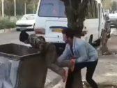 شاهد .. ردة فعل صادمة من شاب تجاه طفل إيراني  يبحث عن الطعام في حاوية نفايات بطهران !