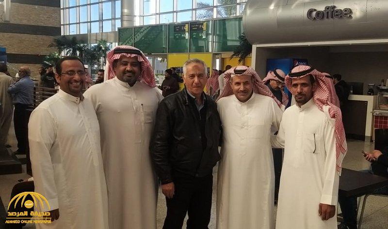شاهد … طلاب بتبوك يستقدمون معلمهم المصري  بعد 25 عاما من مغادرته المملكة.. هذه قصته !