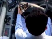 بالفيديو .. سائق وافد يشاهد الأفلام على جواله أثناء قيادة حافلة طالبات في بيشة !